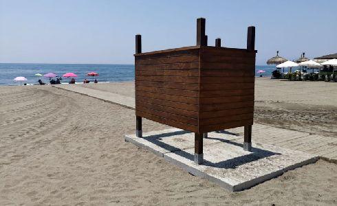 Rincón de la Victoria amplía el equipamiento de playas con la instalación de nuevos aseos y cambiadores