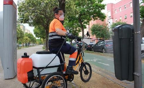 Triciclos eléctricos para desinfectar contenedores y mobiliario urbano en Sevilla