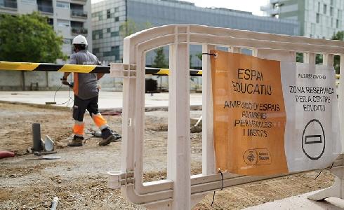 Una docena de escuelas públicas de Barcelona naturalizan sus patios