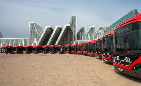 Zaragoza presenta 17 nuevos autobuses híbridos y aprueba la adquisición de 4 eléctricos