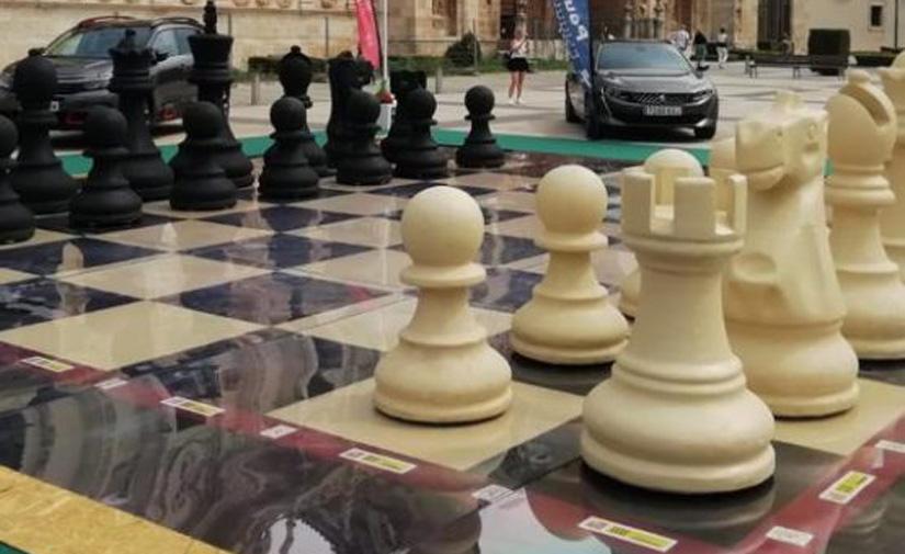 Un ajedrez gigante de neumáticos reciclados en León