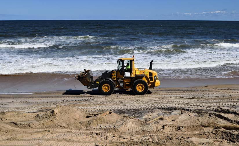 Valencia trabaja en la limpieza y retirada de algas de sus playas para el final del confinamiento