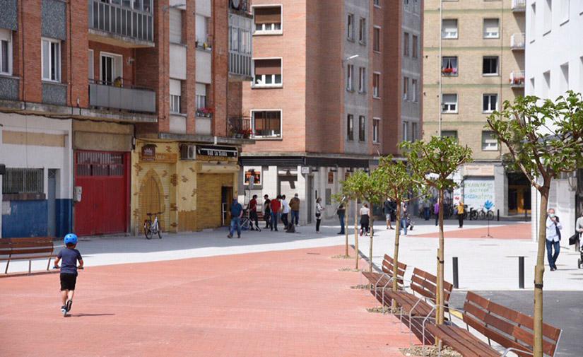 Vitoria-Gasteiz estrena la plaza Médico Tornay, un espacio peatonal totalmente renovado y moderno