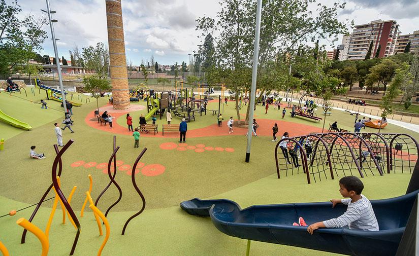 Juegos infantiles inclusivos en el parque de Les Planes