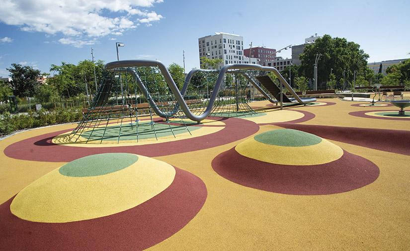 Urbanización del parque y la zona de juegos infantiles de Las Casernes de Sant Andreu, Barcelona